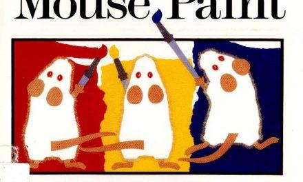 Mélanger les couleurs avec le livre de peinture de la souris