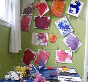 Peinture de texture et impression avec le Groupe d'art pour tout-petits