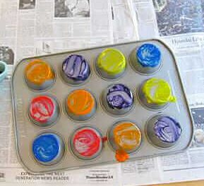Impression de muffins en fer-blanc avec des enfants
