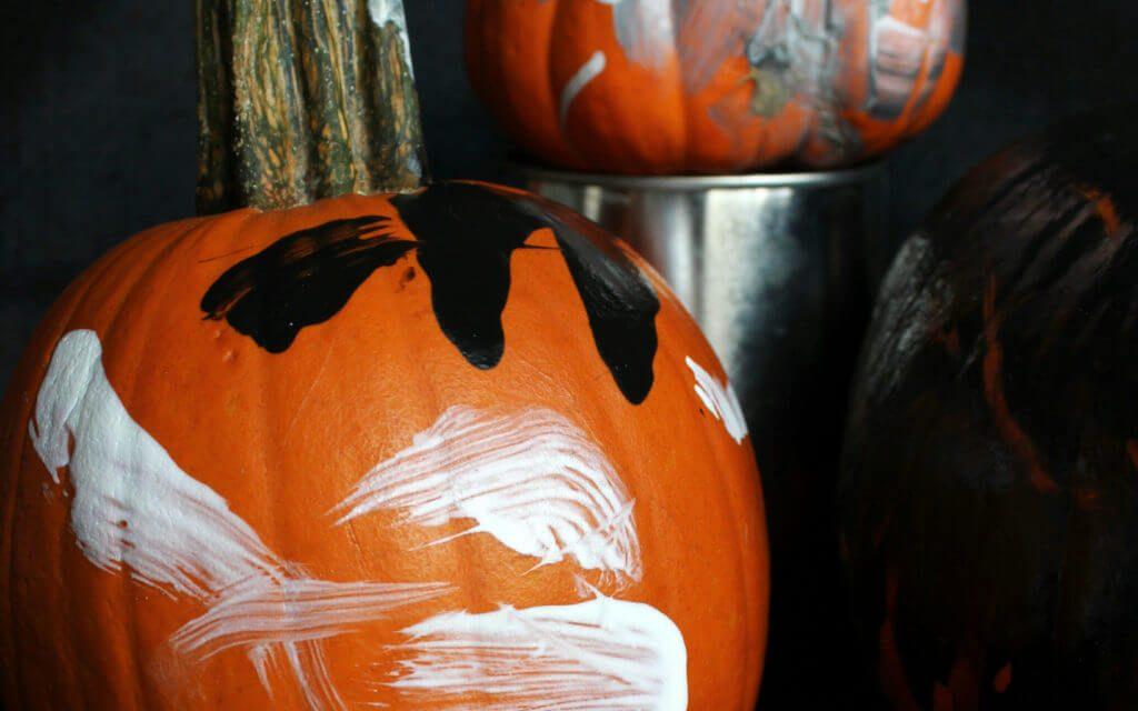 Peindre des citrouilles avec des enfants est l'activité sensorielle parfaite pour Halloween
