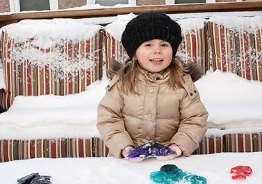 Une chasse au trésor hivernale pour les enfants avec des sculptures de glace colorées