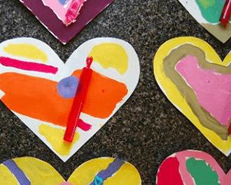 Une leçon de mélange des couleurs pour les enfants et les valentins colorés du cœur