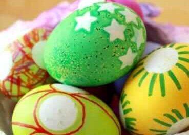 La décoration des œufs de Pâques est facile avec des autocollants et des aigles