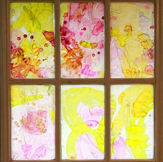 Bienvenue au printemps avec un projet d'art du vitrail de printemps pour les enfants