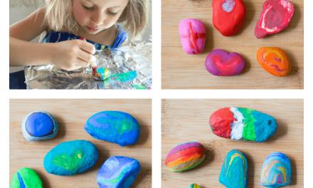 Faire fondre les crayons sur les roches pour faire de beaux cadeaux