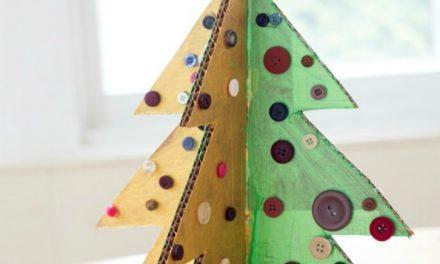 L'artisanat de l'arbre de Noël avec du carton et des boutons