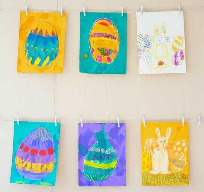 Dessins d'oeufs de Pâques en arrière et en avant avec les enfants