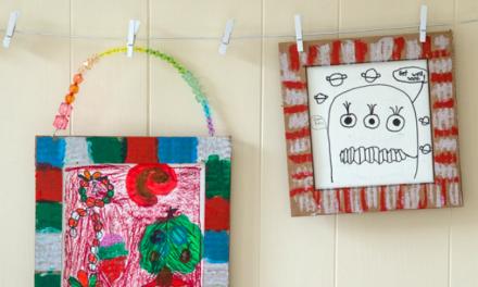 Cadre de bricolage en carton avec l'art des enfants comme une idée de cadeau fait à la main