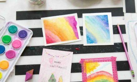 Une station de fabrication de cartes de Noël maison pour les enfants