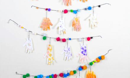 Guirlandes de Thanksgiving pour les enfants avec des mains reconnaissantes peintes au doigt
