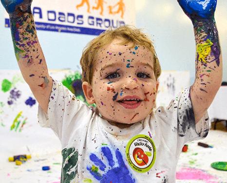 Faire de l'art avec les bébés et les tout-petits : Accueillez un Art Crawl !
