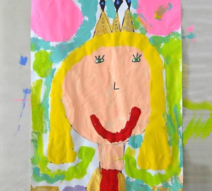 Portraits de la fête des mères de la Reine-Mère peints par des enfants