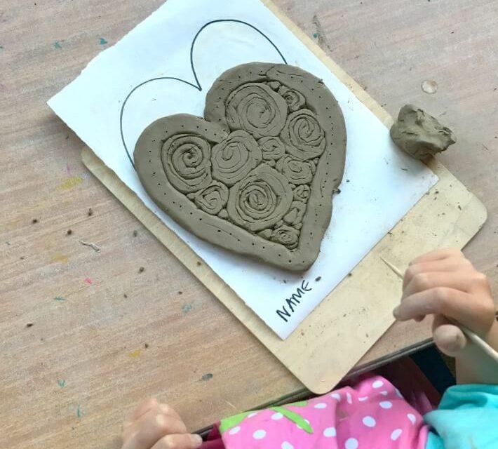 Coeurs de bobines d'argile (projets d'argile facile pour les enfants)