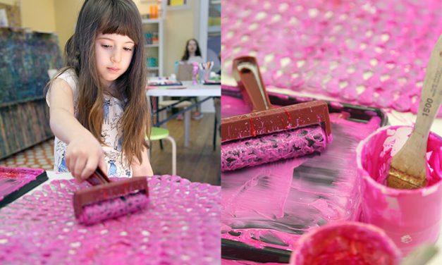 Essayez cette activité d'impression sur tapis de bain pour les enfants et créez des estampes d'art abstraites !