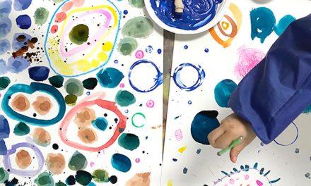 Faites ces Yayoi Kusama Kusama Inspired Dot Paintings for Kids (Peintures à pois inspirées pour les enfants)
