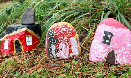 Les maisons en pierre peintes sont une activité d'art naturel facile pour les enfants