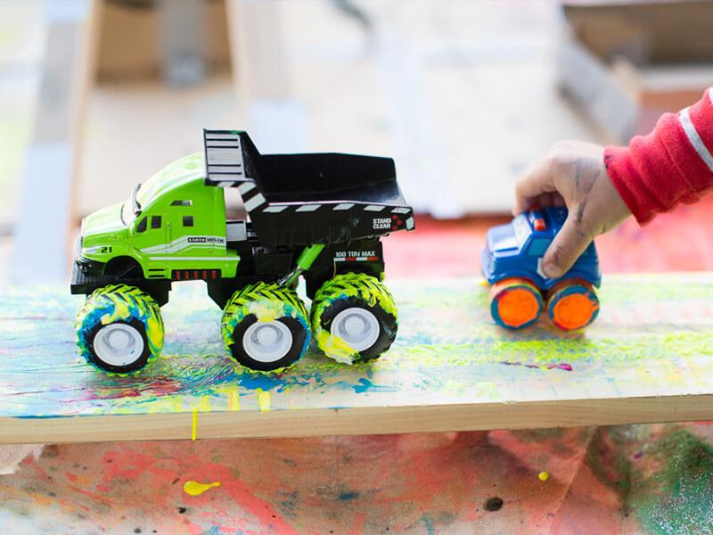 Peindre avec des roues est une activité artistique facile à réaliser pour les enfants.