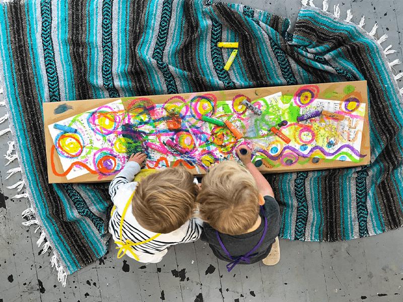 Cette maman a vu un besoin de programmation artistique et a démarré un studio d'art pour enfants.